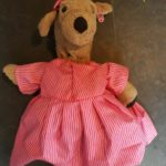 Honnie in haar katoenen jurkje.